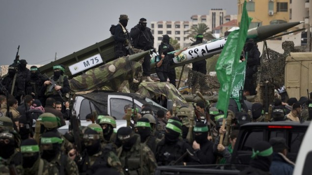عناصر من كتائب القسام، الجناح المسلح لحركة حماس، يعرضون الاسلحة  خلال  الذكرى السنوية ال27 لتأسيس الحركة الإسلامية  14 ديسمبر 2014 في مدينة غزة AFP/MAHMUD HAMS