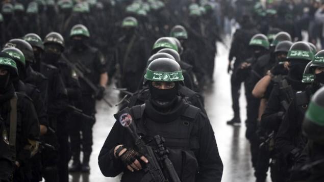 عناصر من كتائب القسام، الجناح المسلح لحركة حماس، يشاركون  الذكرى السنوية ال27 لتأسيس الحركة الإسلامية  14 ديسمبر 2014 في مدينة غزة AFP/MAHMUD HAMS