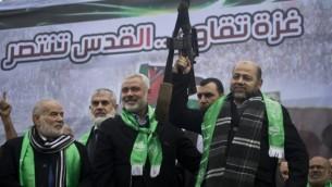 قادة حماس في غزة إسماعيل هنية، في الوسط، وموسى أبو مرزوق،   خلال عرض بمناسبة الذكرى السنوية ال27 لتأسيس الحركة الإسلامية في 14 ديسمبر 2014 في مدينة غزة. AFP/MAHMUD HAMS
