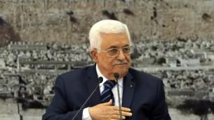 رئيس السلطة الفلسطينية محمود عباس يتحدث خلال اجتماع للقيادة الفلسطينية في مدينة رام الله بالضفة الغربية، في 14 ديسمبر، 2014  AFP/Abbas Momani