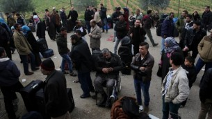 فلسطينيون عند معبر رفح الحدودي بين مصر وجنوب قطاع غزة . (سعيد خطيب / أ ف ب)
