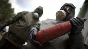 موظف في زي وقائي يشرح كيفية التخلص من الاسلحة النووي خلال جلسة توضيحية مونستر، شمال ألمانيا. 30 أكتوبر 2013  AFP PHOTO/ Phillip Guelland