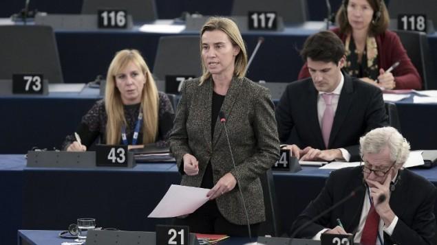 منسق السياسة الخارجية في الاتحاد الاوروبي فيديريكا موغريني (C) تتحدث خلال جلسة البرلمان الاوروبي  حول الاعتراف بالدولة الفلسطينية،  26 نوفمبر 2014 في ستراسبورغ، شرق فرنسا. AFP/FREDERICK FLORIN