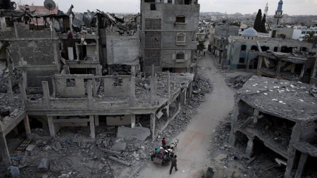 فلسطينيون يلوذون بالفرارعلى الحصان والعربة من حي دمر كليا في مدينة بيت حنون شمال قطاع غزة ،  18 أغسطس، 2014. ( AFP PHOTO / THOMAS COEX)