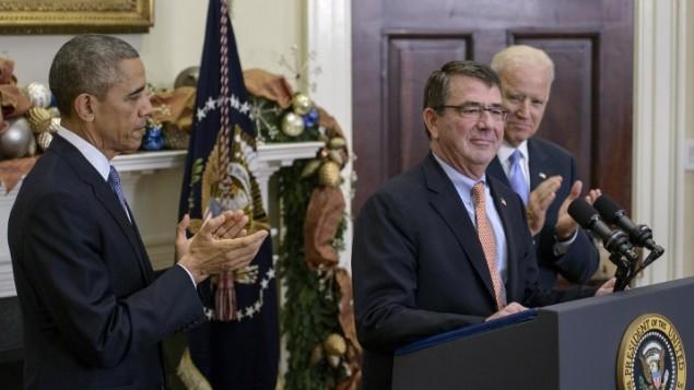 الرئيس الأمريكي باراك أوباما ونائب الرئيس جو بايدن مع أشتون كارتر بعد ترشيحه لوزير الدفاع في البيت الابيض 5 ديسمبر 2014 Brendan Smialowski/AFP