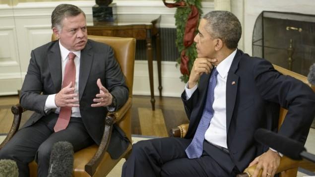 الملك عبد الله الثاني ملك الأردن (L) يتحدث إلى الرئيس الأمريكي باراك أوباما بعد لقائهما في المكتب البيضاوي في البيت الأبيض 5 ديسمبر 2014 في واشنطن  AFP PHOTO/Brendan SMIALOWSKI