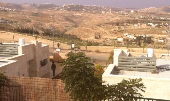 قوات الأمن  تقوم بدوريات في مستوطنة تقوع بعد اعتقال رجلين فلسطينيين مع سكين خارج المجمع السكاني، 9 ديسمبر  2014 (طاقم تايمز أوف اسرائيل)