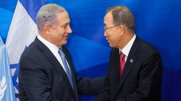 الأمين العام للأمم المتحدة بان كي مون يصافح رئيس الوزراء الاسرائيلي بنيامين نتنياهو خلال مؤتمر صحفي مشترك في القدس 13 أكتوبر، 2012  Emil Salman/POOL/Flash90