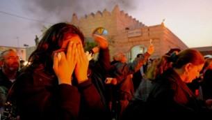 مصلون يصلون خلال زيارة قبر الحاخام  بابا سالي، في نتيفوت، 22 يناير 2007 Almog Sugavker/Flash90