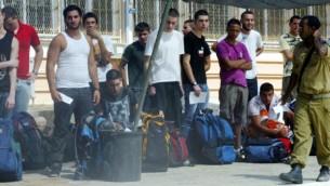 مراهقون في مركز التجنيد قبل الالتحاق بالجيش الاسرائيلي، صورة توضيحية 2008 (فلاش 90)