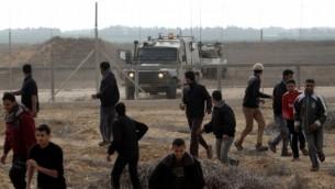 صورة توضيحية - فلسطينيون ينسحبون من امام السياج الحدودي بين اسرائيل وجنوب قطاع غزة مع اقتراب دورية للجيش الإسرائيلي في عام 2012. Abed Rahim Khatib/Flash90/File
