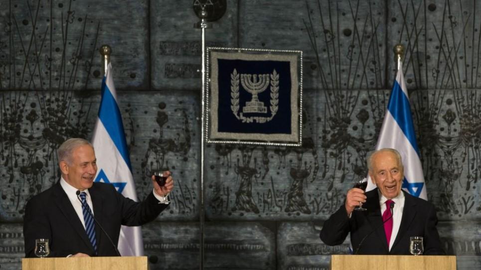 بنيامين نتنياهو يشرب كأس بصحة الحكومة الجديدة مع رئيس الدولة السابق شمعون بيريس،  18 مارس 2013  (Flash 90)