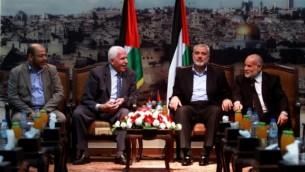 التقى في 22 أبريل 2014 قادة حماس وفتح في غزة لاجراء محادثات بشأن المصالحة الفلسطينية. تم توقيع اتفاقية في اليوم التالي. في الصورة من اليسار إلى اليمين: موسى أبو مرزوق القيادي في حركة حماس، مسؤول حركة فتح عزام الأحمد، رئيس حكومة حماس إسماعيل هنية Abed Rahim Khatib/Flash90