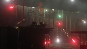 الجيش الاسرائيلي في  اشتباك مع الفلسطينيين ، إطلاق النار والألعاب النارية عند حاجز قلنديا  24 يوليو، 2014 Issam Rimawi/FLASH90