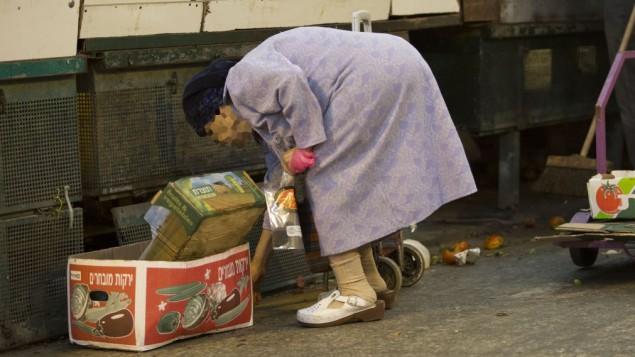 صورة توضيحية لسيدة عجوز فقيرة تلتقط الخضار من الأرض في سوق ماحانه يهودا  في القدس المغلق يوم السبت، 19 سبتمبر 2014  (فلاش 90)