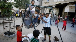 اطفال فلسطينيون في جنوب غزة 4 اكتوبر 2014 (عبد الرحيم خطيب/ فلاش 90)