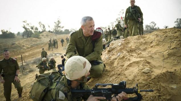رئيس اركان الجيش بيني غانز خلال زيارة لتدريب عسكري 13 نوفمبر 2014 (فلاش 90)