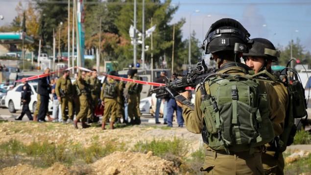 قوات الامن في ساحة الحادث حيث اصيب اسرائيلي بجروح طفيفة 1 ديسمبر 2014 Gershon Elinson/FLASH90
