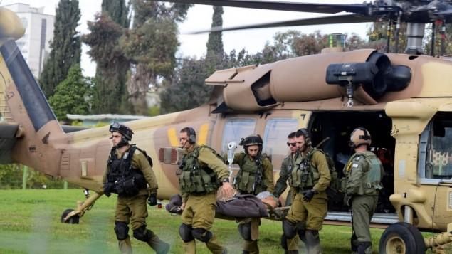 قوات الاسعاف تنقل الجندي المصاب الى مستشفى سوروكا في بئر السبع 24 ديسمبر 2014 (فلاش 90)