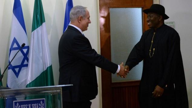 رئيس الوزراء بنيامين نتنياهو، إلى اليسار، مع الرئيس النيجيري جودلاك جوناثان في مكتب رئيس الوزراء في القدس، أكتوبر 2013 Kobi Gideon/GPO/Flash90
