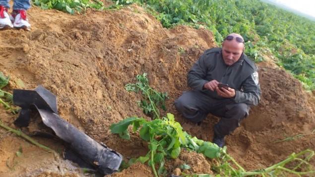 بقايا صاروخ اطلق من اراضي قطاع غزة وسقط في منطقة مفتوحة في منطقة اشكول، 19 كانون الأول، 2014. (شرطة إسرائيل)