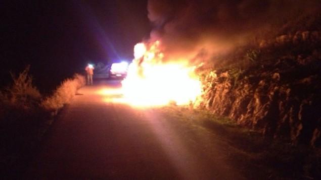 سيارة اصيبت بقنبلة حارقة عند مستوطنة معاليه شومرون في الضفة الغربية 25 ديسمبر 2014 (مقدمة من وحدة الاطفاء يهودا والسامرة)