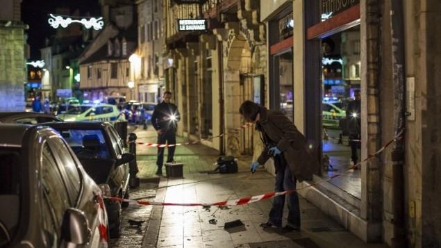 """21 ديسمبر 2014 في ديجون، فرنسا. في  موقع هجوم الدهس حيث كان السائق يصيح """"الله أكبر"""" (""""الله أكبر"""") عند دهسه حشد وإصابة 11 شخصا AFP PHOTO / ARNAUD FINISTRE"""