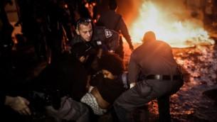 الشرطة خلال الاشتباكات مع سكان غفعات عمال اثناء اخلائهم من منازلهم 29 ديسمبر 2014 (فلاش 90)