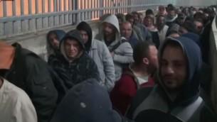 عمال فلسطينيون ينتظرون دورهم عند حاجز 300 بجانب بيت لحم (صورة شاشة من القناة الثانية)