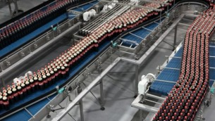 صورة توضيحية لمصنع كوكا كولا في بني براك 2009 (فلاش 90)