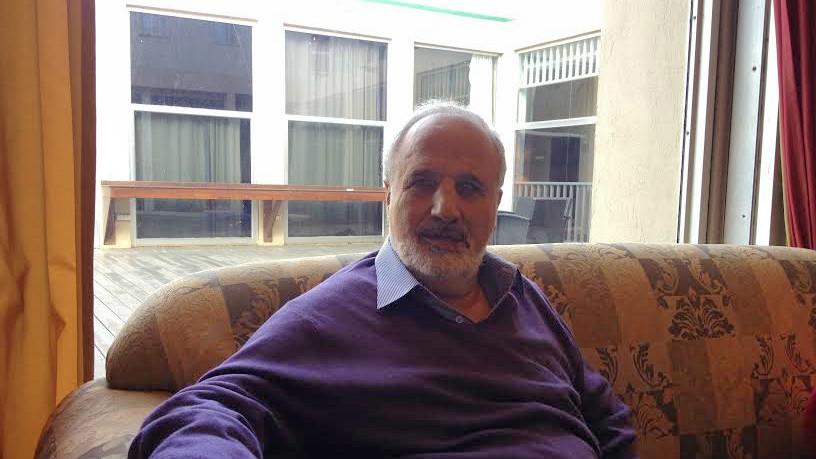 الشاعر الكفيف الحاصل على عدة جوائز ادبية، ايريز بيطون خلال لقائه مع التايمز اوف اسرائيل في هرتسليا (بعدسة ميتش جينسبرج)