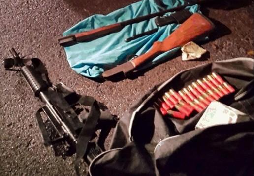الأسلحة التي كشف خلال اجتياح الجيش الإسرائيلي خلية كانت تخطط الضفة الغربية لاستخدام انتحارية في تل أبيب، اوكتوبر 2014Courtesy: Shin Bet