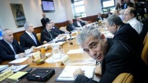 يائير لبيد في الاجتماع الاسبوعي لمجلس الوزراء في القدس في 30 نوفمبر، 2014   Alex Kolomoisky/POOL/FLASH90
