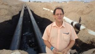 يوسف ابراهموفيتش امام خطوط النفط المتضررة  Courtesy