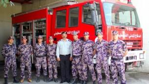 رجال الاطفاء من محطة الطوارئ في بيت لحم امام سيارة الاطفاء   Courtesy/Firelines