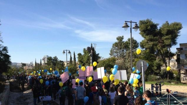 مسيرة صباح اليوم الجمعة ديسمبر 5، 2014 دعما للمدرسة ثنائية اللغة في القدس(طاقم  تايمز أوف إسرائيل)