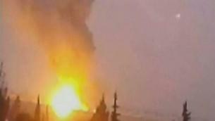 صورة من المفروض انها تظهر الانفجار في سوريا على يد اسرائيل ، صورة شاشة من القناة الثانية 7 ديسمبر، 2014