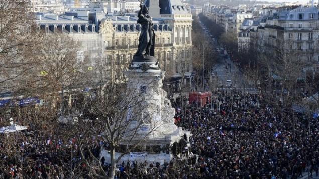 """يتجمع الناس في ميدان الجمهورية (ساحة الجمهورية) في باريس قبل بدء مسيرة الوحدة """"المسيرة الجمهورية"""" 11  يناير 2015 تكريما ل17 ضحايا موجة الارهاب. AFP PHOTO / BERTRAND GUAY"""