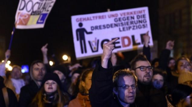 مظاهرة اجتحاحا على تجمع حركة  LEGIDA ، التي تعتبر التقليد المحلي للحركة اليمينية  في درسدن PEGIDA (الأوروبيين الوطنيين ضد أسلمة الغرب)، ألمانيا الشرقية  12 يناير كانون الثاني  2015. AFP PHOTO / ODD ANDERSEN