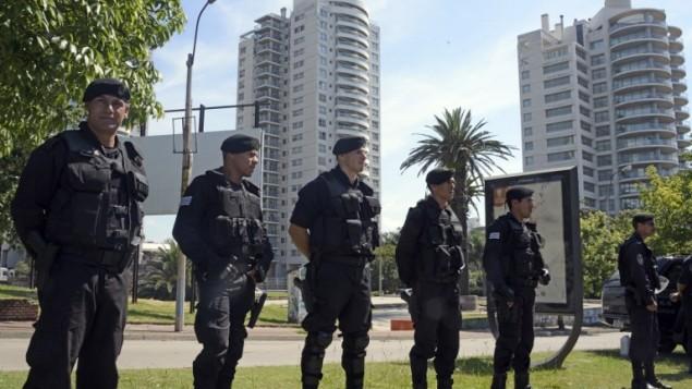 قوات الأمن  قرب مركز التجارة العالمي مونتيفيديو، والذي يضم مكاتب السفارة الإسرائيلية، حيث تم العثور على عبوة خلال عملية تفتيش روتينية  8 يناير، 2015  AFP/ Mario Goldman