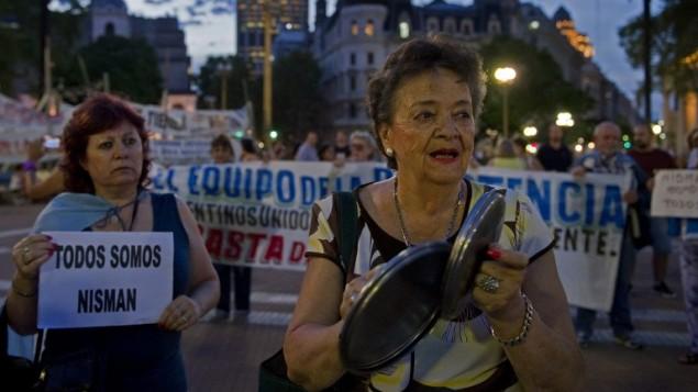 نساء في مظاهرة في ساحة مايو، بوينس آيرس، تطالب العدالة بمقتل المدعي العام الارجنتيني البرتو نيسمان، 26 يناير 2015 (ALEJANDRO PAGNI / AFP)