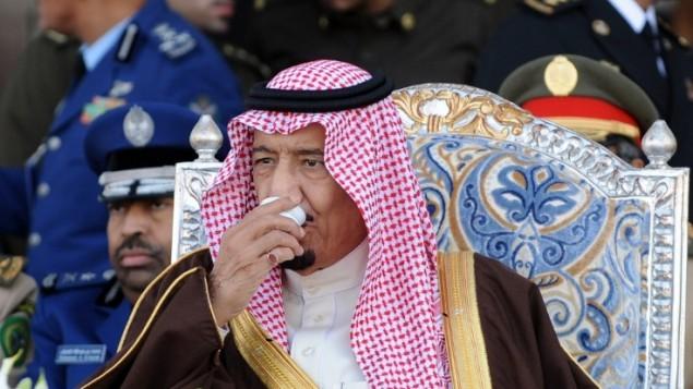 1 يناير 2013، ولي العهد السعودي الأمير، والآن الملك، سلمان بن عبدالعزيز يحضر حفل تخريج الدفعة 83 من اكاديمية الملك فيصل الجوية  في مطار الرياض العسكري في الرياض AFP/FAYEZ NURELDINE