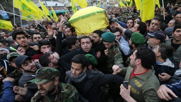 أنصار حزب الله يحملون نعش جهاد مغنية خلال جنازته في الضاحية الجنوبية بيروت  19 يناير كانون الثاني  2015  Joseph Eid/AFP