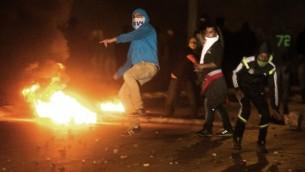 متظاهرون في البلدة البدوية رهط خلال اشتباكات مع الشرطة 20 يناير 2015 AFP/Menahem Kahana
