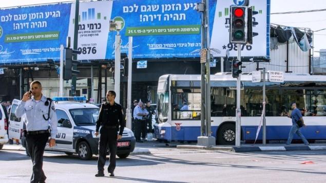 الشرطة الإسرائيلية بالقرب من مكان هجوم الطعن في الحافلة في تل ابيب، 21 يناير 2015 (AFP/JACK GUEZ)
