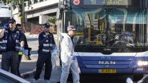 عناصر الطب الشرعي في ساحة الهجوم حيث قام رجل فلسطيني بطعن خمسة اشخاص على الاقل في حافلة تل أبيب 21 يناير كانون الثاني 2015  AFP/JACK GUEZ