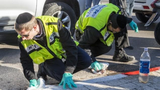 افراد فرقة الانقاذ ينظفون ساحة الهجوم حيث قام رجل فلسطيني بطعن خمسة اشخاص على الاقل في حافلة تل أبيب 21 يناير كانون الثاني 2015  AFP/JACK GUEZ