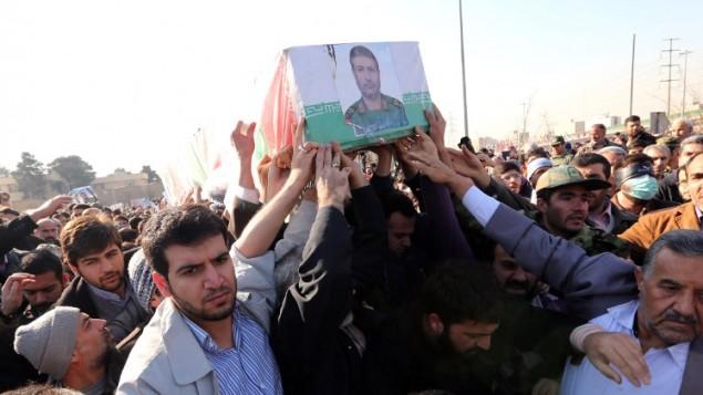 جنازة قائد الحرس الثوري الايراني محمد علي الله الدادي الذي  قتل في غارة جوية اسرائيلية خلال  نهاية الأسبوع على سوريا. شييع جثمانه في طهران 21 يناير 2015 AFP PHOTO / ATTA KENARE