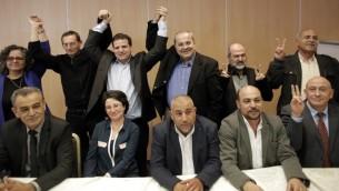اعضاء القائمة المشتركة بعد المؤتمر الصحقي لاعلان الوحدة بين القوائم العربية المختلقة 23 يناير  2015 في شمال مدينة الناصرة  AFP PHOTO / AHMAD GHARABLI