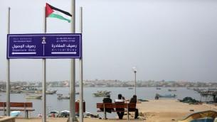 يافطة في ميناء غزة، مكتوب عليها 'رصيف المغادرة' و'رصيف الوصول' تحت شعار 'ميناء غزة الدولي' 15 يناير 2015 (MAHMUD HAMS / AFP)
